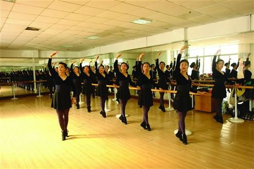 """谁说退休了都跳广场舞?这群""""小天鹅""""平均年龄58岁"""