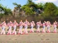 济南糖粉广场舞《红豆红》编舞段希帆老师 变队形  团队正背面演示