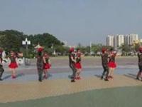 空港区炮台镇水兵舞《再唱山歌给党听》原创舞蹈 团队正背面演示