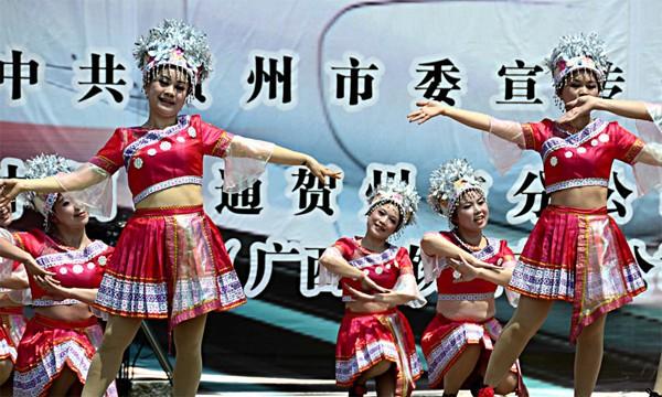 """贺州女警在""""坐上高铁去贺州""""广场舞上展风采"""