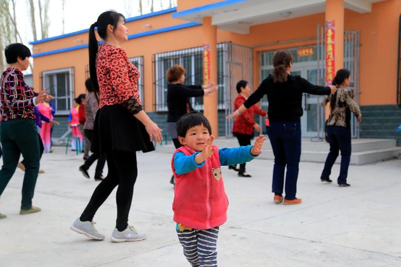 小朋友正在学习广场舞