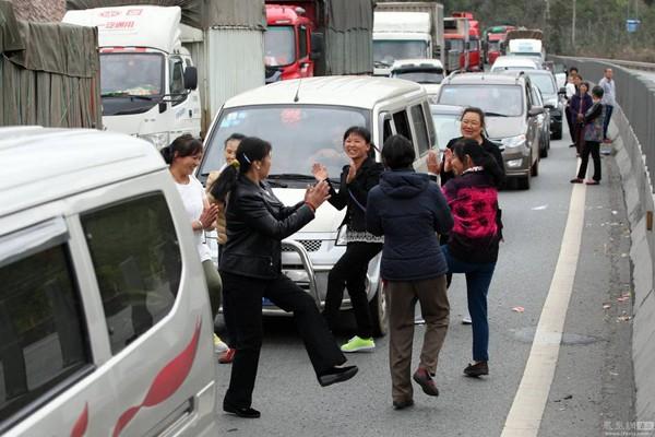 高速路拥堵,下车活动跳舞的人。